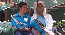 Novak Djokovic ii tine umbrela unui copil de mingi
