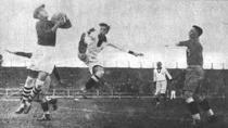 Romania- Peru la Mondialul din Uruguay. Portarul Ion Lpuneanu si atacantul Julio Lores