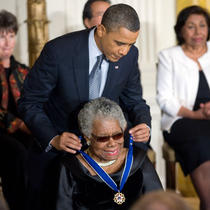 Maya Angelou, decorata in 2011 de Barack Obama