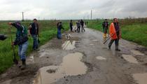 Locuitorii din Sacadate (Sibiu), reparand drumul comunal
