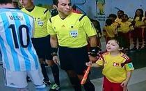 Messi si copilul de mingi