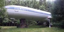 Un barbat locuieste in interiorul unui avion in mijlocul padurii