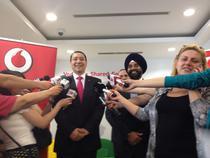 Victor Ponta si noul CEO Vodafone Romania, la deschiderea unui nou centru regional de servicii in Bucuresti