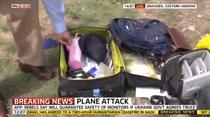 Prezentatorul SkyNews uitandu-se prin bagajele victimelor zborului MH17