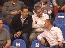 Alexandru Iacobescu, la un meci de baschet alaturi de Victor Ponta si Sebastian Ghita