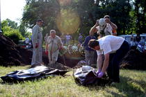 Autoritatile scot cadavrele din groapa comuna din Slaviansk