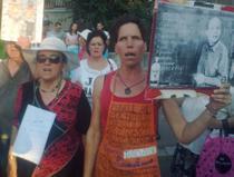 manifestanti cu pancarte