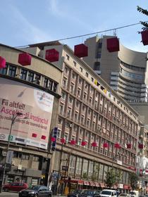 Deutsche Telekom a 'colorat' Bulevardul Magheru cu noul brand sub care vor opera Romtelecom si Cosmote