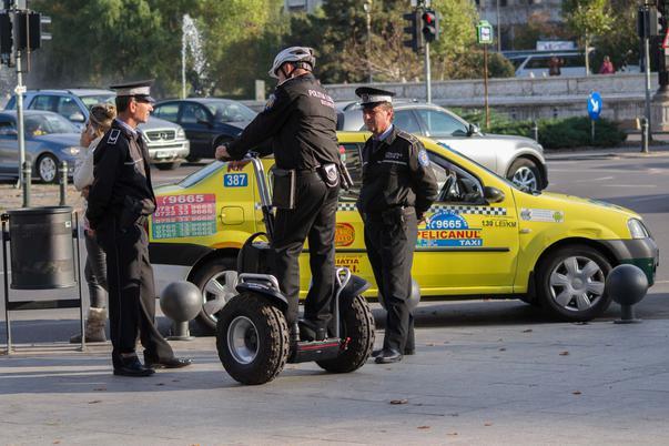 Politia Locala da Loganul pe Segway