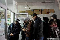 Studenti la coada la sectia de votare