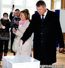 Klaus Iohannis si sotia sa la vot in alegerile prezidentiale 2014 primul tur