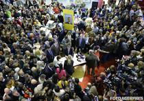 Mii de oameni la lansarea cartii lui K. Iohannis