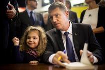 Klaus Iohannis, dand autografe la lansarea cartii