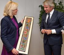 Eugen Teodorovici i-a oferit Corinei Cretu un cadou, la prima lor intalnire oficiala ministru-comisar european