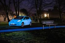 Nissan Leaf cu vopsea Glow in the Dark