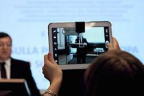 Jose Manuel Barroso, fotografiat cu o tableta
