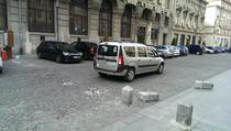 Masini pe zona pietonala si bolarzi distrusi pe strada Eugeniu Carada