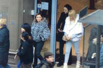 Ana Maria Topoliceanu (in haina de blana), Alina Bica (in negru) si Elena Udrea la Paris