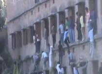 Parinitii se catara pe ziduri pentru a-si ajuta copiii sa copieze