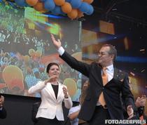 Monica Iacob Ridzi si Emil Boc, atunci presedinte al PD-L, la o actiune electorala (2009)