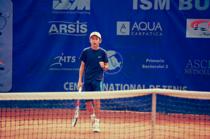 Copil practicand tenisul