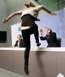 Mario Draghi, atacat de o protestatara