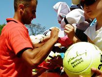 Marius Copil semnand autografe
