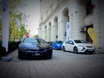 O mica expozitie de masini electrice in fata Ministerului Mediului