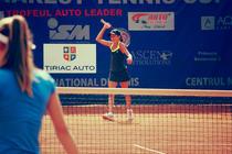 Cei mici jucand tenis