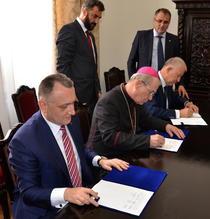Sorin Cimpeanu, IPS Ioan Robu si Victor Opaschi, asistati de Romeo Mosoiu si Gigel Paraschiv la semnarea protocolului