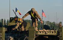 Soldati americani pregatind un transportor blindat Stryker