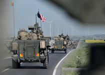 Convoiul armatei SUA, cu steaguri romane si americane, in drum spre Ploiesti