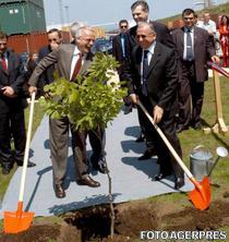 Ion Iliescu si patronul firmei Schweighofer la Sebes in 2004