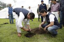 Presedintele Ecuadorului participa la doborarea recordului mondial pentru numarul de copaci plantati intr-o zi_files