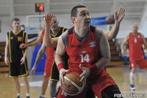 Victor Ponta jucand baschet