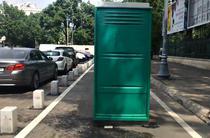 Toaleta ecologica in mijlocul pistei de biciclete de pe Calea Victoriei