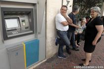 Pensionari greci in fata bancilor inchise