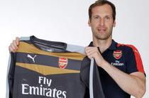 Petr Cech cu tricoul celor de la Arsenal