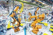 Roboti industriali intr-o uzina auto