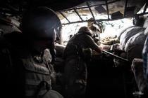Militari ucraineni, într-un adpost pe frontul din est