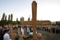 100 de cruci de lemn au fost sfintite si montate pe teren si luni, 14 septembrie
