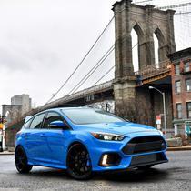 Ford Focus R langa Brooklyn Bridge