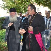 Mitropolitul Banatului si preotul paroh al bisericii greco-catolice din Comlos