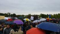 Sute de manifestanti cu umbrele