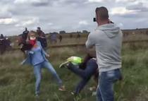Un cameraman loveste un refugiat