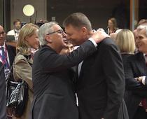 Juncker il imbratiseaza fortat pe Iohannis