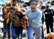 Refugiati sosind pe o insula din Grecia