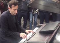 Melodia Imagine, cantata la un moto-pian langa sala Bataclan