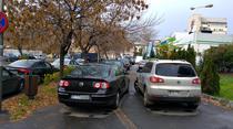 Masini parcate ilegal pe trotuar