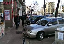 Masini parcate pe trotuar in centrul Bucurestiului